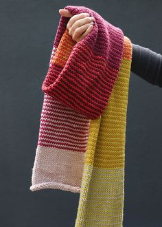 An easy scarf knitting pattern with attractive mini stripes. Made with soft merino yarn and knitted in the round with circular needles. Get the free pattern Circular Knitting Patterns, Easy Scarf Knitting Patterns, Easy Knitting, Knit Patterns, Manta Crochet, Knit Crochet, Laine Katia, Striped Scarves, Striped Knit