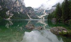 Der Pragser Wildsee liegt im Naturpark Fanes-Sennes-Prags und im Weltnaturerbe Dolomiten. Durch sein tiefgrünes Wasser und die Lage direkt unterhalb des 2814 Meter hohen Seekofel zählt der See zu den schönsten Bergseen in den Dolomiten. Eine Tour um den See findet ihr unter http://wanderzwerg.eu/pragser-wildsee/