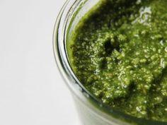 Grünes Pesto Thermomix Rezept. Ganz schnell gemacht und wirklich oberlecker. Das Rezept findet ihr hier: http://www.meinesvenja.de/2012/01/20/pesto-mein-gluecklichmacher/