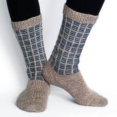 Pehmeät ja lämpimät käsinneulotut villasukat miehelle.Novitan 7… Knitting Socks, Hand Knitting, Knit Shoes, Sock Yarn, Crochet, Mittens, Gloves, Slippers, Sewing