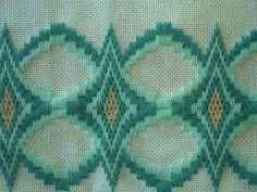 Neşe'nin gözdeleri Swedish Embroidery, Hardanger Embroidery, Embroidery Stitches, Hand Embroidery, Bargello Patterns, Bargello Needlepoint, Needlepoint Stitches, Cross Stitch Material, Swedish Weaving