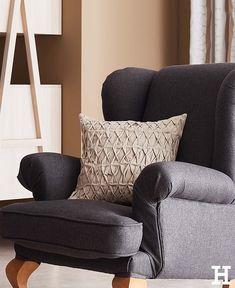 In den Sessel kuscheln und ein Buch lesen. #meinhöffi Living Room Chairs, Wingback Chair, Hygge, Accent Chairs, Throw Pillows, Interior Design, Furniture, Home Decor, Room Ideas