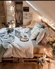 Girl, You need a cozy bedroom. Twinkle star lights, soft pillows, and comfortable bedding, all make your bedroom super cozy. Cute Bedroom Decor, Room Design Bedroom, Teen Room Decor, Room Ideas Bedroom, Small Room Bedroom, Cozy Teen Bedroom, Zen Room, Bedroom Furniture, Furniture Design