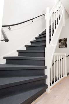 Gezien bij vtwonen Weer verliefd op je huis! Treden: Solid Black Stootborden: Solid Black Entry Stairs, Wood Stairs, House Stairs, Painted Staircases, Painted Stairs, Stair Paneling, Stair Renovation, Open Trap, Staircase Makeover