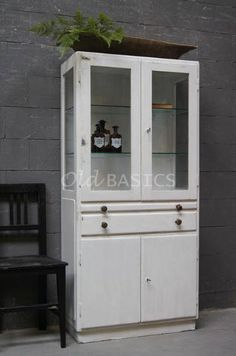 Apothekerskast 10092 stoere oude ijzeren apothekerskast wit van kleur de kast heeft mooie - Uitschuifbare kast ...