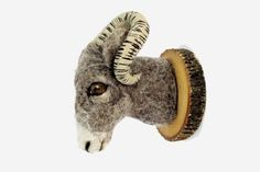 Comment ne pas craquer devant ces charmantes bêtes duveteuses en laine de mouton de Felt Factory? Avec sa collection Faux Fauna, l'artisane Sabine Alpers nous en met plein la vue et le toucher avec ses têtes d'animaux à accrocher, un clin d'oeil aux trophées de chasse d'hier.