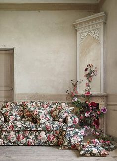 IKEA Just Released a Floral Couch That's Totally Grandma-Approved Shabby Chic Living Room, Shabby Chic Homes, Shabby Chic Furniture, Ektorp Sofa, Floral Couch, Ikea Couch, Floral Vintage, Dark Interiors, Sofa Design