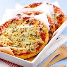 Découvrez la recette Pizza aux 4 fromages sur cuisineactuelle.fr.