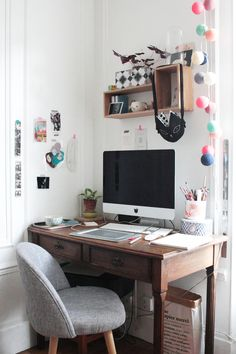 Find small home office desk ideas for your apartment or house. Domino shares small home office desk ideas for those who need to work from home but live in tiny apartments. Small Home Office Desk, Small Home Offices, Home Desk, Office Table, Table Desk, Desk Chair, Ideas Para Organizar, Grey Desk, Workspace Inspiration