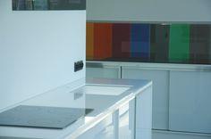Gelakte kleuren panelen in onze toonzaal in Antwerpen geven u een beter idee van de mogelijkheden voor uw woning.