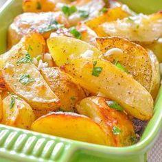 O garnitura apetisanta, savuroasa si usor de preparat sunt deliciosii cartofi wedges cu usturoi si cimbru. Se pot servi ca atare langa o salata simpla sau c