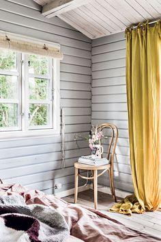Interiørstylist Camilla Tange Peylecke har indrettet sit og familiens lille sommerhus ved Vejby Strand, så livet kan leves anderledes og mere laissez-faire, end hverdagen i byen tillader det. Tonerne og stilen er inspireret af den natur, der omgiver stedet og er med til at give det karakter.