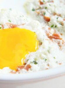 "Zapečené vajcia v ""obláčiku"" Mashed Potatoes, Grains, Rice, Ethnic Recipes, Food, Whipped Potatoes, Smash Potatoes, Eten, Seeds"
