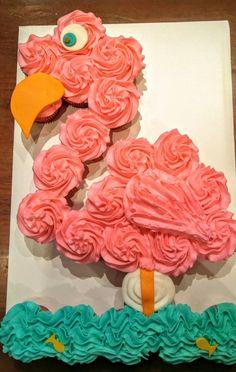 Flamingo pull-apart cake. Flamingo cupcake cake. Beach cupcakes