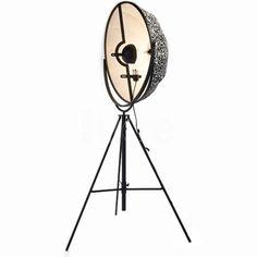 lampa ložnice master Fortuny è una lampada da terra con struttura in profilato a C, piatto trafilato e tubo d'acciaio.  Verniciatura a polveri epossidiche nero.  Dotata di lampadina ad incandescenza a 500W, flusso luminoso 8400 Im e lampadina da 300 W, flusso luminoso 4600 Im ( durata lampadine 1000 h.).  Attacco E40, 230/110 V. Fortuny è una lampada da terra considerata un'icona contemporanea e intramontabile!