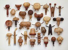 Le taïwanais Yen Jui Lin sculpte des essences de bois variées pour obtenir les textures et les couleurs différentes qui composent ces petits bonhommes trop mignons à mi-chemin entre le jouet et la sculpture.