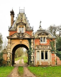 This is a North Lodge holiday cottage in Brockenhurst Park, New Forest - Buildings - Architecture Victorian Architecture, Beautiful Architecture, Beautiful Buildings, Beautiful Homes, Beautiful Places, Online Architecture, Storybook Homes, Storybook Cottage, Cottage Crafts