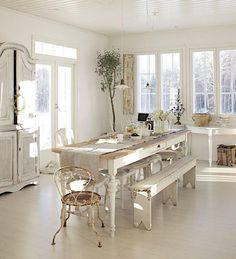 décoration campagne chic dans la salle à manger blanche aménagée avec un buffet ancien en bois blanchi, une table blanche en bois sculpté et une chaise en fer forgé