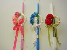 Πασχαλινές χειροποίητες λαμπάδες με στεφανάκια που έχουν χειροποίητα λουλουδάκια από τσόχα.