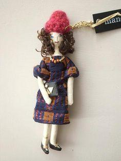 ニット帽にドレッシーなワンピをを着た女の子のチャームです。 インポートの個性的な柄素材のワンピースにメタル付きのクラッチバッグ。 ドレッシーなお洋服にニット帽...|ハンドメイド、手作り、手仕事品の通販・販売・購入ならCreema。