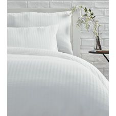 Snuggle up in style with this gorgeous crisp white double duvet set with simple…