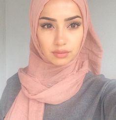@bossmvde ☪ Arab Girls Hijab, Girl Hijab, Hijab Outfit, Arab Women, Sexy Women, Street Hijab Fashion, Hijab Tutorial, Models Makeup, Beautiful Hijab