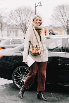 You want to have some corduroy pants Street Style Blog, Looks Street Style, Street Styles, Athleisure, Moda Minimal, Street Outfit, Winter Looks, Winter Style, Minimal Fashion