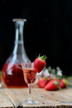 strawberry liqueur home made Strawberry Wine, Wine Cocktails, Cocktail Drinks, Cocktail Recipes, Fruit Drinks, Healthy Drinks, Alcoholic Drinks, Beverages, Slushies