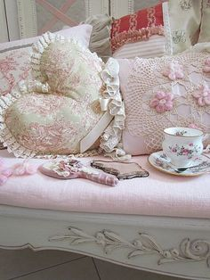 Shabby Chic Decor On A Budget Romantic Shabby Chic Bedroom Furniture Rosa Shabby Chic, Cottage Shabby Chic, Shabby Style, Shabby Chic Mode, Shabby Chic Vintage, Shabby Chic Stil, Estilo Shabby Chic, Shabby Chic Bedrooms, Shabby Chic Furniture