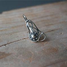 Prachtige gedetailleerde oorbellen met een Zeeuwse knoopje verwerkt. De oorbellen zijn gemaakt van echt zilver.  Lengte oorbel: 25 mm