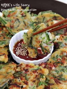 Squid and chive pancake Korean Dishes, Korean Food, Asian Recipes, Ethnic Recipes, Food Decoration, Nutrition Program, Group Meals, Light Recipes, Cravings