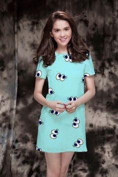 Đầm suông màu xanh họa tiết đôi mắt-MD1526 Giá: 200.000đ - Màu sắc: Y hình - Chất liệu: thun xốp - Kích thước:  ngực 86-94, eo 70-84, chiều dài 82 (cm) - Xuất xứ: Việt Nam