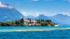 L'Île de Garde est posée sur les eaux de ce lac du nord de l'Italie. Au pied du palais, de splendides jardins en terrasses.