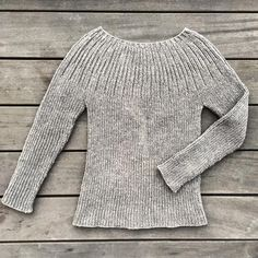 The Bellis Rib is a simple and classic ribbed sweater. The Bellis Rib is a simple and classic ribbed sweater. Sweater Knitting Patterns, Cardigan Pattern, Knitting Designs, Hand Knitting, Pullover Rock, How To Purl Knit, Cool Sweaters, Knit Sweaters, Cardigans