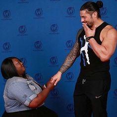 Roman with a fan. Roman Reigns Wwe Champion, Wwe Superstar Roman Reigns, Wwe Roman Reigns, Roman Reigns Tattoo, Roman Empire Wwe, Roman Reighns, Dean Ambrose Seth Rollins, Wwe Raw, Best Wrestlers