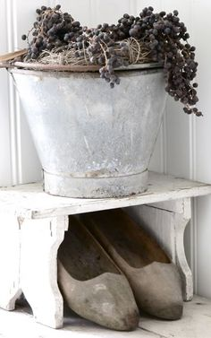 Small wooden bench outside the door, creates a plce for this zinc bucket and a cubby hole for the wooden shoes. Small Wooden Bench, Shabby Chic Stil, Galvanized Metal, Shades Of White, Küchen Design, Rustic Charm, Cottage Style, Vintage Antiques, Old Things