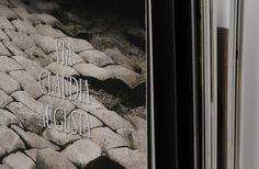 Auf seinen Wanderungen entlang der Via Claudia Augusta traf Gianni Bodini verschiedene Menschen, die ihn begleiteten und erstaunliche Geschichten erzählten. Es sind Geschichten, die damals die unterschiedlichen Kulturen in den Gebieten miteinander verband und die heute in der Europäischen Union vereint sind.