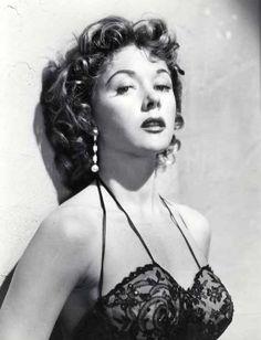 Gloria Hallward nació en Los Angeles (California, Estados Unidos) el 28 de noviembre de 1923.  Sus primeros pasos en el mundo de la interpretación los dio en el teatro, siendo posteriormente contratada por la Metro Goldwyn Mayer, momento en el que adoptó el apellido artístico de su padre, Grahame. #cine