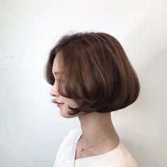 • 2019 여자단발머리스타일 단발보니펌 BONNIE 💜 : 네이버 블로그 Medium Short Hair, Short Hair Cuts, Medium Hair Styles, Curly Hair Styles, Cute Hairstyles, Wedding Hairstyles, Japanese Hairstyle, Hair Inspo, Hair Goals