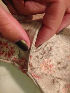 pitimini: TUTORIAL Bolso 20 minutos Fabric Purses, Fabric Bags, Sewing Tutorials, Sewing Projects, Sewing Patterns, Techniques Couture, Crochet Fabric, Crochet Purses, Little Bag