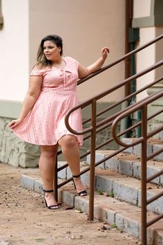 vestido de renda, vestido de renda rosa, vestido rosa, vestido curto, vestido com manga, vestido plus size, vestido para gordinhas, vestido gg, look fofo, vestido lindo, vestido tamanho 50, moda plus size, modelo plus size, moda jovem.  www.bellebellemodaplus.com.br Vestidos Gg, Modelos Plus Size, Moda Plus Size, Plus Size Beauty, Looking For Women, Looks Great, Fashion Beauty, Curves, Chic