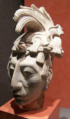 Sculpture en stuc de la tête de K'inich Janaab' Pakal à l'âge de 30 ans. On la trouva sous son sarcophage. K'inich Janaab' Pakal Ier (603 - 683), aussi connu sous le nom de Pacal II et de Pacal le Grand, est le plus célèbre souverain de la cité-État maya de Palenque.