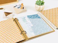 Créez un classeur à pochettes ! Mini Albums Scrap, Scrapbooking, Office Supplies, Inspiration, Minis, Organize, Diy Videos, Filing Cabinet, Cartonnage