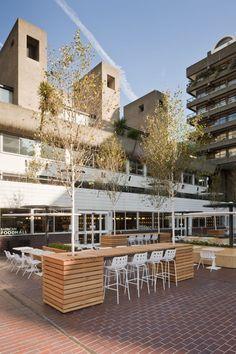 Terassi sopii tyyliltään hyvin tämän talon edustalle. Barbican Foodhall and Lounge by SHH/London