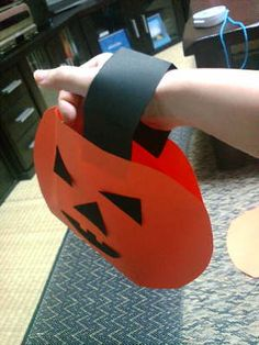 Halloween Jack-O-Lantern Treat Bag CraftHere's a simple Halloween Jack-O-Lantern treat bag craft idea from Japan. Simple and easy for preschool students. So cute for party or classroom and then drop a couple of treats in to start them off! Wish I had thought of this! The preschoolers would have loved it!