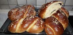"""Η Συνταγή είναι από κ.  αννα καλλεργη – """"ΟΙ ΧΡΥΣΟΧΕΡΕΣ / ΗΔΕΣ"""".    Φανταστικά αφράτα μυρωδάτα τσουρεκάκια και φυσικά νόστιμα!    ΥΛΙΚΑ  Το ποτήρι που χρησιμοποίηούμε για να μετρήσουμε το νερό έχει χωρητικότητας 250γρ.    Για 2 κιλά αλεύρι είναι η Bread, Food, Recipies, Brot, Essen, Baking, Meals, Breads, Buns"""
