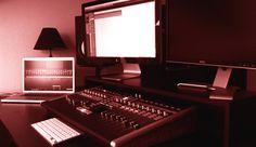 Desktopp XXL Monitorständer für zwei Bildschirme (hier mit Mischpult).