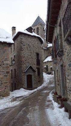 Calle de Lanuza en el #pirineo de #Huesca Places In Spain, Places To Visit, Monuments, Medieval Village, Beautiful World, Beautiful Places, Castle House, Grand Homes, Outdoor Settings