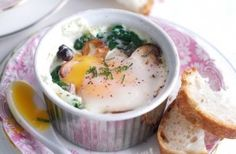 Baked eggs with spinach and mushrooms Meals under 300 calories are perfect if you're on a calorie-controlled diet, like the diet. Here are our favourite meals that are 300 calories or less Brunch Recipes, Diet Recipes, Breakfast Recipes, Vegetarian Recipes, Breakfast Bake, Healthy Recipes, Vegetarian Cooking, Eat Healthy, Skinny Recipes