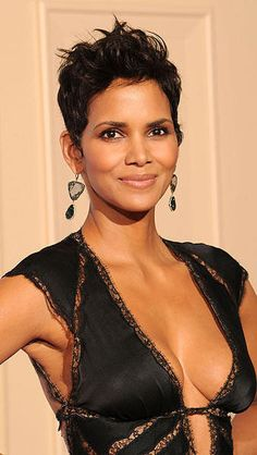 If the elixir of life actually exists, then we're convinced that Halle Berry has found it (or maybe it's just all the bone broth she drinks). At Halle is Halle Berry Pixie, Halle Berry Style, Halle Berry Hot, Halle Berry Short Hair, Beautiful Celebrities, Beautiful Actresses, Halle Bery, African American Beauty, Actrices Hollywood